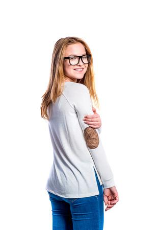 jeans apretados: Adolescente en pantalones vaqueros y la camiseta de manga larga blanca, mujer joven, tiro del estudio sobre fondo blanco, aislado Foto de archivo