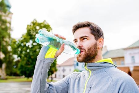 Close up der jungen Hipster Läufer in der Stadt mit Wasserflasche, trinken Standard-Bild - 57353424