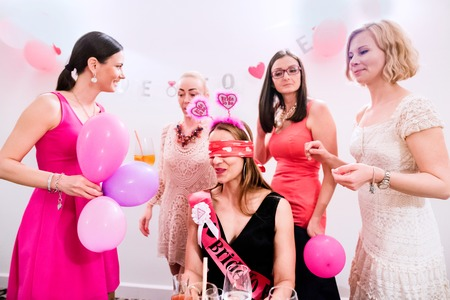 Fröhlich Braut und glückliche Brautjungfern feiert Junggesellinnenabschied mit Getränken. Frauen genießen eine Bachelorette Party. Standard-Bild - 58471956
