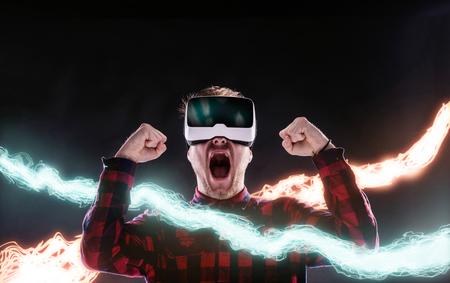 가상 현실 고글을 착용 체크 셔츠 소식통 남자. 검은 배경에 스튜디오 샷 스톡 콘텐츠