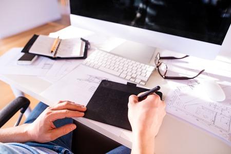 teclado de computadora: La mano del hombre irreconocible trabajar desde casa escribiendo en la tableta gráfica Foto de archivo