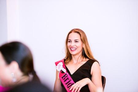 3087fa682d ... Novia alegre con el marco rosado celebrar despedida de soltera con  damas de honor. Mujeres que disfrutan de una despedida de soltera.