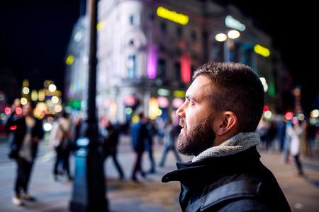 젊은 hipster 남자 런던의 거리에서 밤에 산책