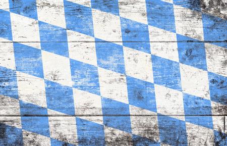 Fond d'Oktoberfest avec motif losange bleu et blanc. Fond en bois. Tourné en studio.