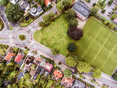 Luchtfoto van de Nederlandse stad, particuliere huizen, straten en rotonde, groen park met bomen Stockfoto