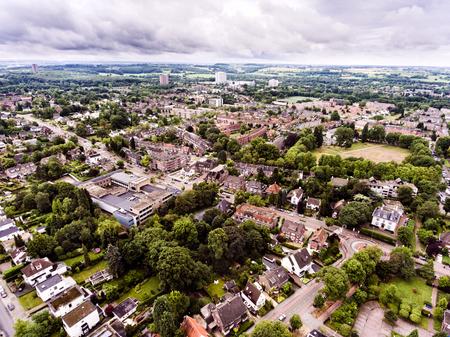 cenital: Vista aérea de la ciudad holandesa, casas privadas, calles y rotonda, parque verde con árboles Foto de archivo