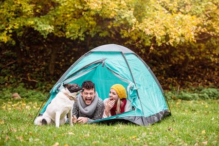 Schöne junge Paar liegen im Zelt, Camping in der Natur im Herbst