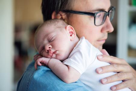 Cierre de jóvenes padre con su hijo recién nacido en sus brazos Foto de archivo - 64250436