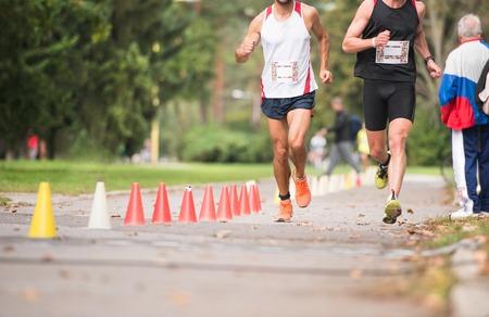 Grupo de corredores irreconocibles acudirá al aire libre. entrenamiento deportivo personas en una zona urbana, los conceptos de estilo de vida saludables y deportivas.