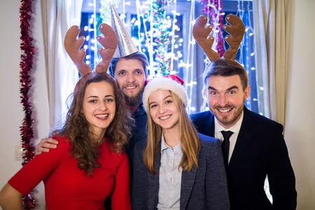 Grupo de amigos que celebran el final del año, que tiene partido en la víspera de Año Nuevo.