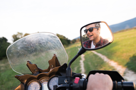 Joven disfrutando de un paseo en moto en el campo.