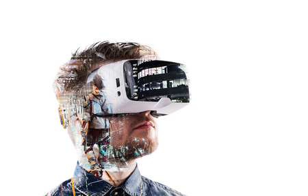 Exposicion doble. El hombre que llevaba gafas de realidad virtual. ciudad de la noche Foto de archivo - 68922172