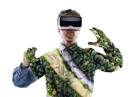 Exposicion doble. El hombre que llevaba gafas de realidad virtual. Bosque. Tr