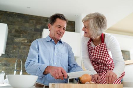 cocina vieja: Pares mayores en la cocina cocinar juntos.