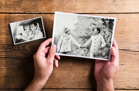 手は年配のカップルの写真を持っています。スタジオ撮影、ウします。