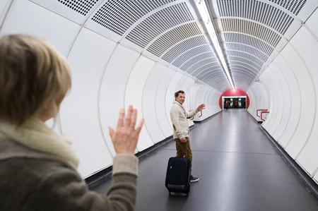さよならを言う地下鉄の廊下でシニア カップル 写真素材