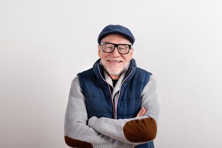 セーター、年配の男性には、ジャケットとキャップ、スタジオ撮影がベストします。