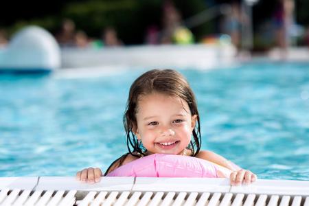 Mädchen, das im Swimmingpool. Sommer Wärme und Wasser. Standard-Bild - 75920826