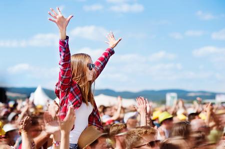 Adolescentes no festival de música de verão que apreciam-se