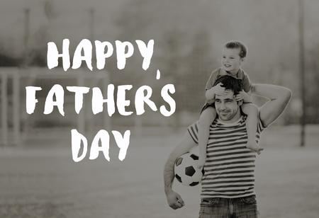 Vader die zoon op zijn schouders draagt. Vadersdagconcept.