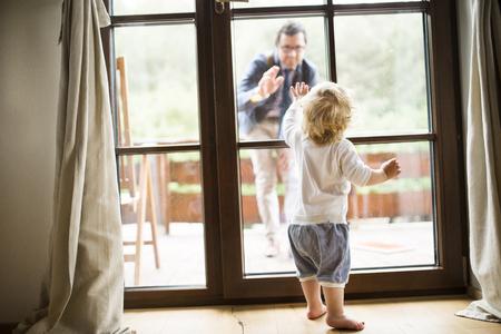 Jonge vader vertrekken naar huis.