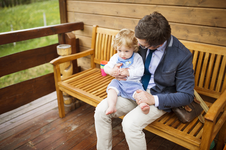 Zakenman met kleine zoon op de voorportaal zitten.
