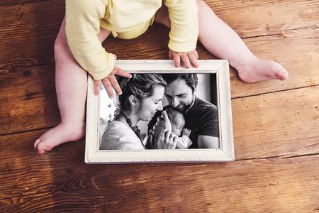 가족 사진을 들고 인식 할 수없는 아기. 아버지의 날. 스톡 콘텐츠