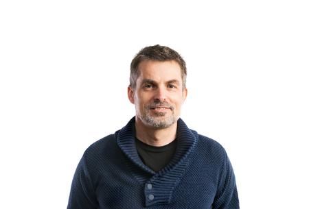 성숙한 힙합 남자 파란색 스웨터입니다. 스튜디오 샷, 절연입니다.