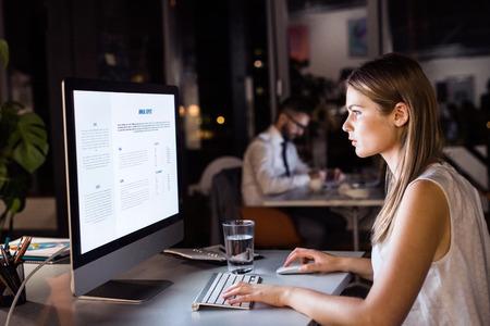Geschäftsfrau in ihrem Büro in der Nacht spät arbeiten Standard-Bild - 82724493