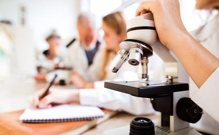 TUdiant âgé avec le microscope dans le laboratoire Banque d'images - 84598826