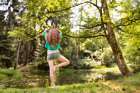 朝の森で美しい少女・ プラクティス ヨガ。