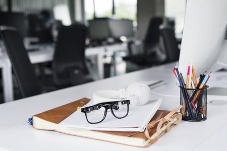 컴퓨터, 노트북 및 안경 사무실 책상.