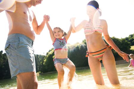 어머니, 아버지와 딸 호수에.