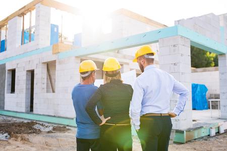 Architecten en werknemer op de bouwplaats. Stockfoto