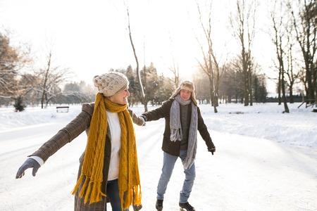 Couple de personnes âgées dans la forêt d & # 39 ; hiver ensoleillée glace gel Banque d'images - 86434463
