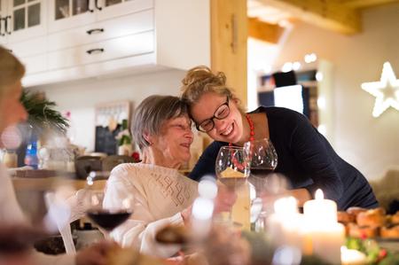 家族は、クリスマスを祝います。祖母と孫娘。 写真素材