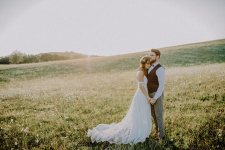Beautiful bride and groom in green nature. 版權商用圖片