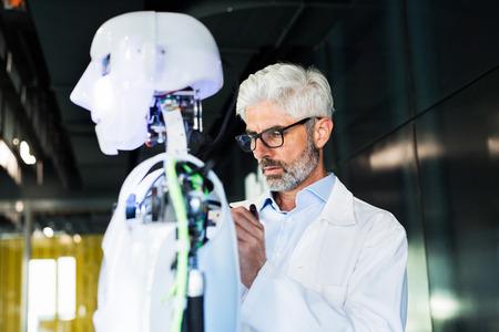Zakenman of een wetenschapper met een robot. Stockfoto