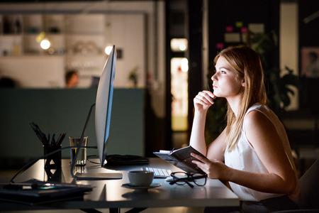 Geschäftsfrau in ihrem Büro in der Nacht spät arbeiten. Standard-Bild - 86900587