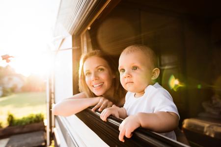 Madre y bebé hijo en una caravana. Foto de archivo - 87164227