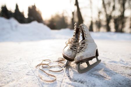 氷の上の古い女子アイス スケート。 写真素材