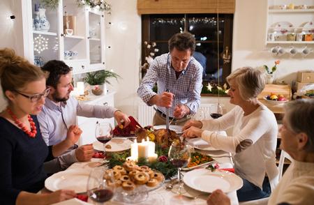 家族は、クリスマスを祝います。父料理。