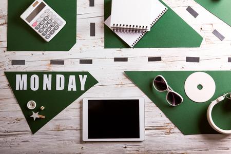 学校で机を提供します。白い木製の背景で撮影スタジオ。フラットが横たわっていた。