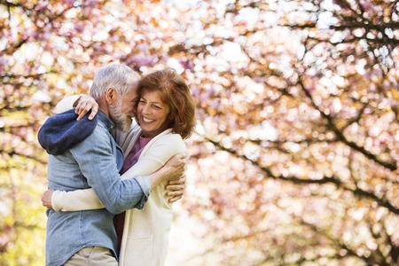 Belle coppie senior nell'amore fuori nella natura di primavera.