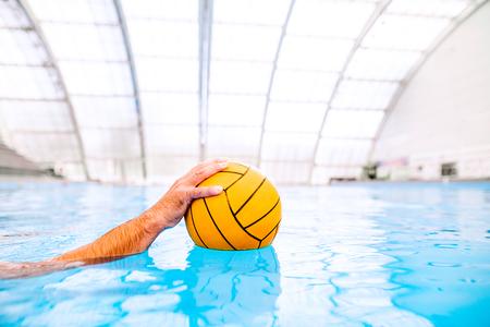Umrecognizable waterpolo speler in een zwembad. Stockfoto