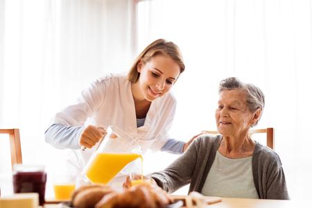 Gesundheit Besucher und eine ältere Frau während der Heimat Standard-Bild - 88089820