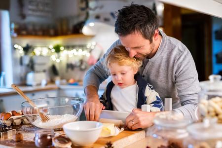 若い家族は、家でクッキーを作るします。