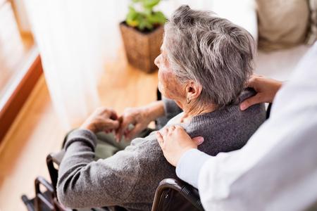 Gezondheidsbezoeker en een oudere vrouw tijdens huisbezoek. Stockfoto - 88338147
