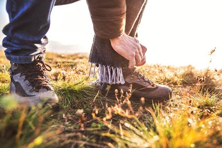 Hombre mayor en una caminata en una naturaleza de otoño. Foto de archivo - 88414496