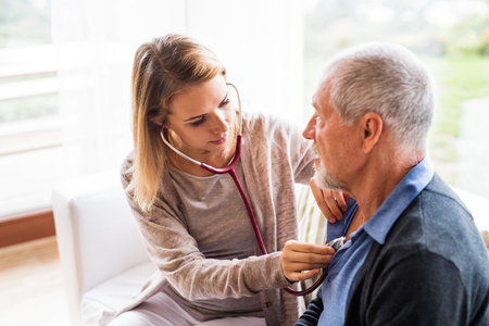 Gesundheit Besucher und ein älterer Mann während des Besuchs Standard-Bild - 88698046